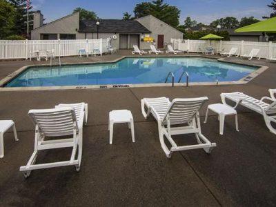 ThreeOaks Pool Exterior 2 640x400